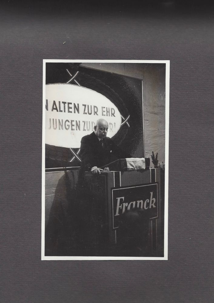 [Photo Album of the Hungarian Branch of the Franck Coffee Company.] [Altenfestes.] Den Alter zur Ehr, den Jungen zur Lehr. 1939.